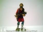 Uomo con legna in mano