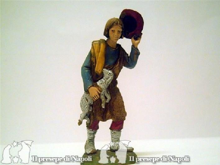 Uomo con cappello in mano e pecora in braccio