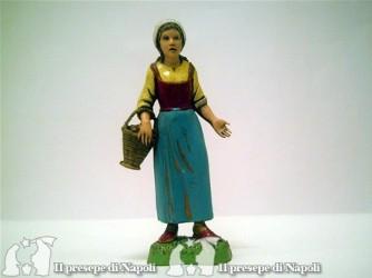 Donna con cesta sotto il braccio