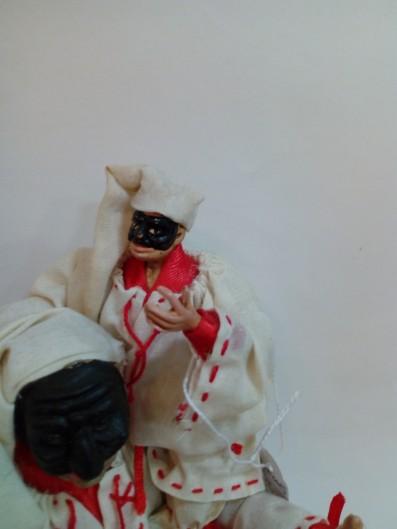 Pulcinella cm 25 con occhi di vetro con pulcinella di cm 14 a cavalcioni senza occhi di vetro