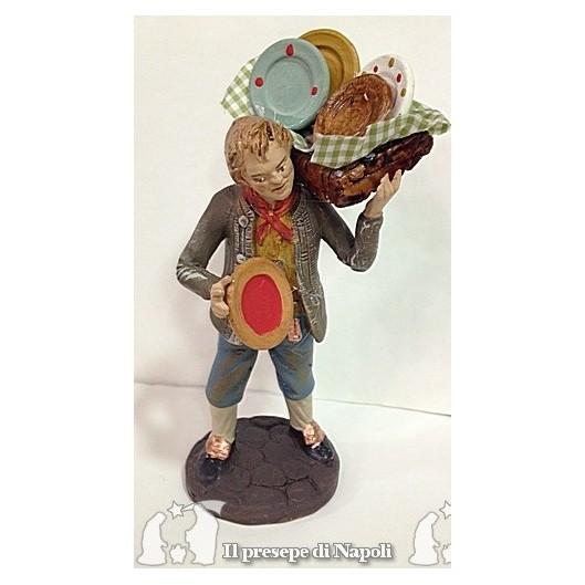 uomo con cesta di piatti sulle spalle
