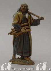 Mendicante con legna in braccio