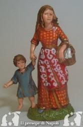 Donna con bambino e cesta sotto il braccio