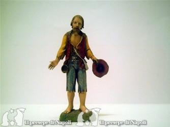 Uomo con barba e cappello in mano