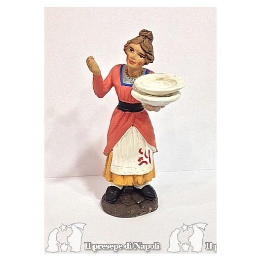 donna con piatti vuoti in mano