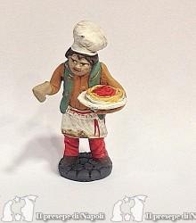 cameriere con piatto di spaghetti
