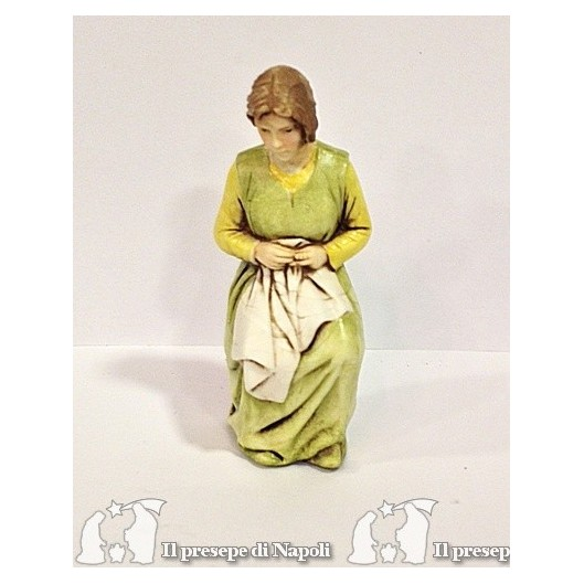 donna seduta col vestito verde