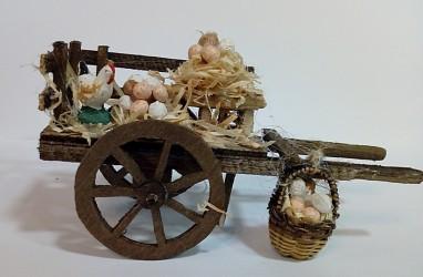 carretto di legno con uova e gallina