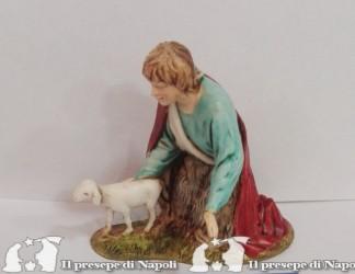 ragazzo in adorazione con agnello