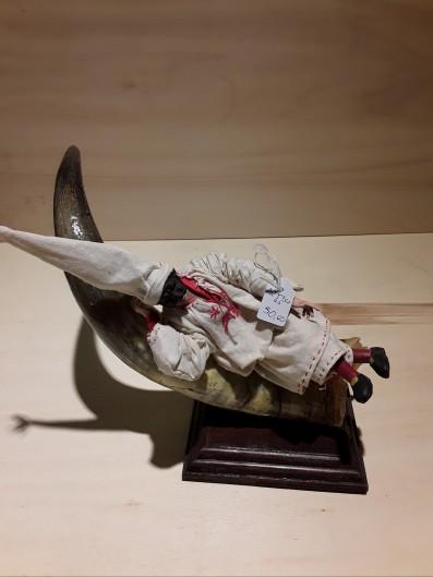 Pulcinella di cm 16 sdraiato sul corno