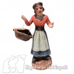 Donna con cesto in mano