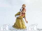 Donna inginocchiata con bimbo sulle spalle