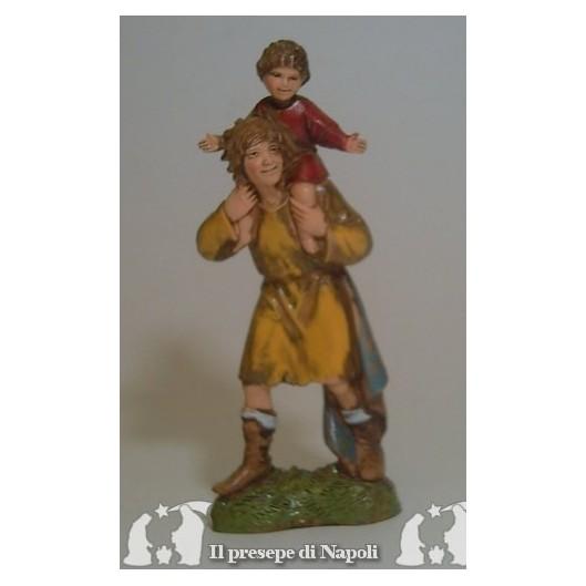Uomo con bambino sulle spalle