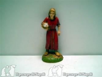 Donna col vestito rosso e cesta sotto il braccio